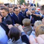 """""""Ma-te-usz!"""" """"Ma-te-usz"""". Premier Morawiecki przyjechał do Torunia [ZDJĘCIA]"""